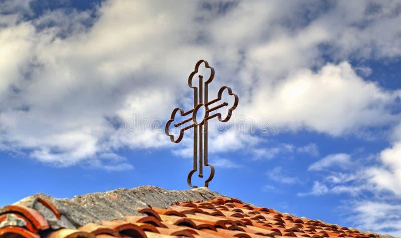 Крест металла на крыше плитки стоковое изображение