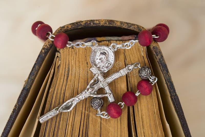 Крест на библии на деревянной предпосылке Святая книга стоковое изображение