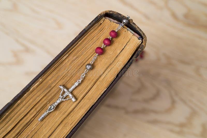 Крест на библии на деревянной предпосылке Святая книга стоковое фото rf