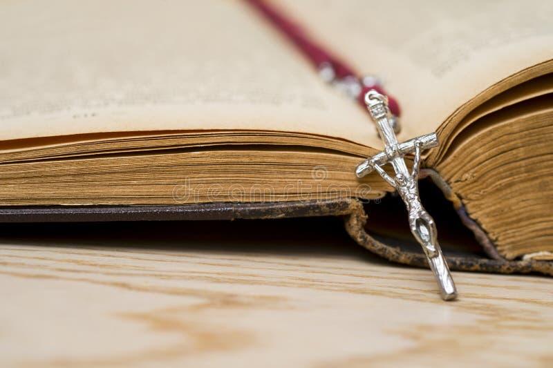 Крест на библии на деревянной предпосылке Святая книга стоковое изображение rf