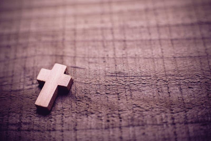 Крест на деревянной предпосылке стоковое фото rf
