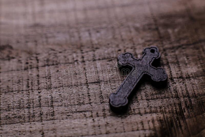 Крест на деревянной предпосылке стоковое изображение rf