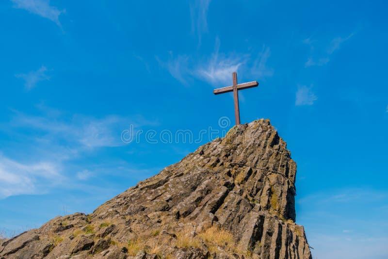 Крест на холме стоковые изображения