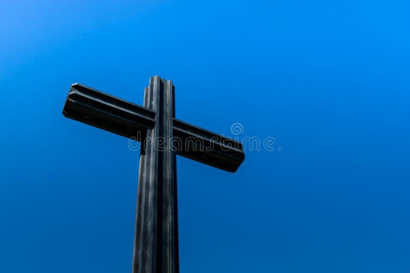 Download Крест против темносинего неба Стоковое Фото - изображение насчитывающей небо, вероисповедание: 81812560