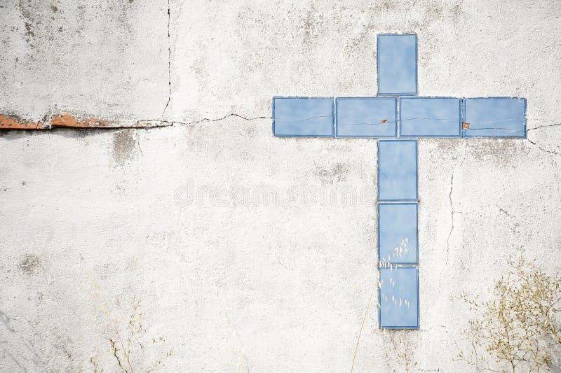 Крест плитки в стене стоковое фото rf