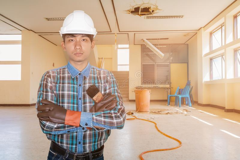 Крест руки кисти удерживания инженера в офисном здании падения утечки воды ремонта занятости внутреннем стоковые фото