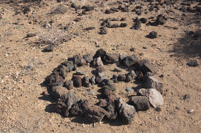 Крест сделанный с камнями горы стоковое изображение rf
