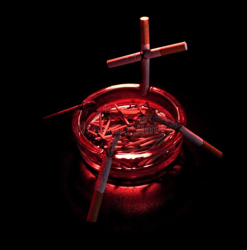 крест сигареты ashtray стоковая фотография rf