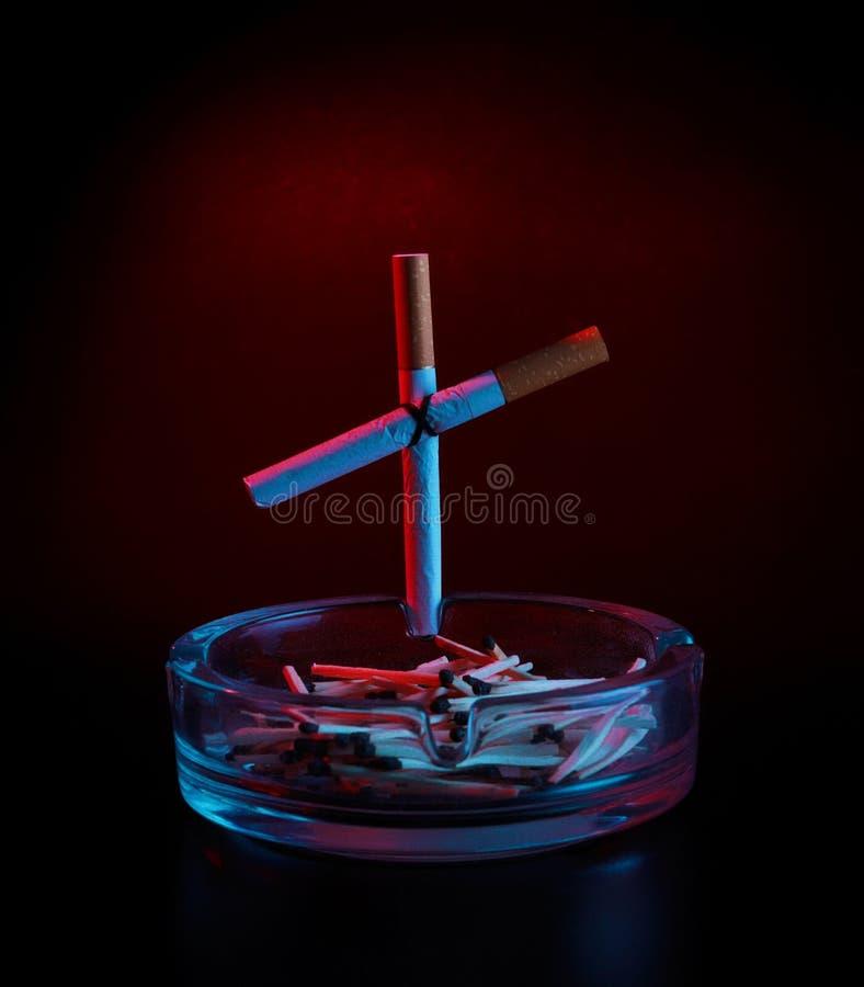 крест сигареты ashtray стоковое изображение