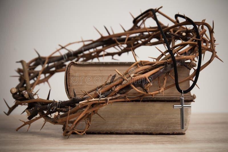 Крест с предпосылкой вероисповедания стоковая фотография