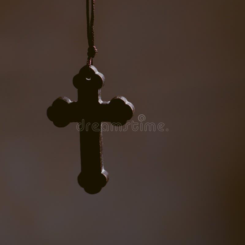 Крест с темной предпосылкой стоковые фото