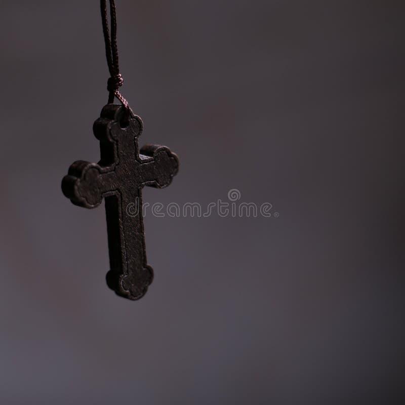 Крест с темной предпосылкой стоковая фотография rf