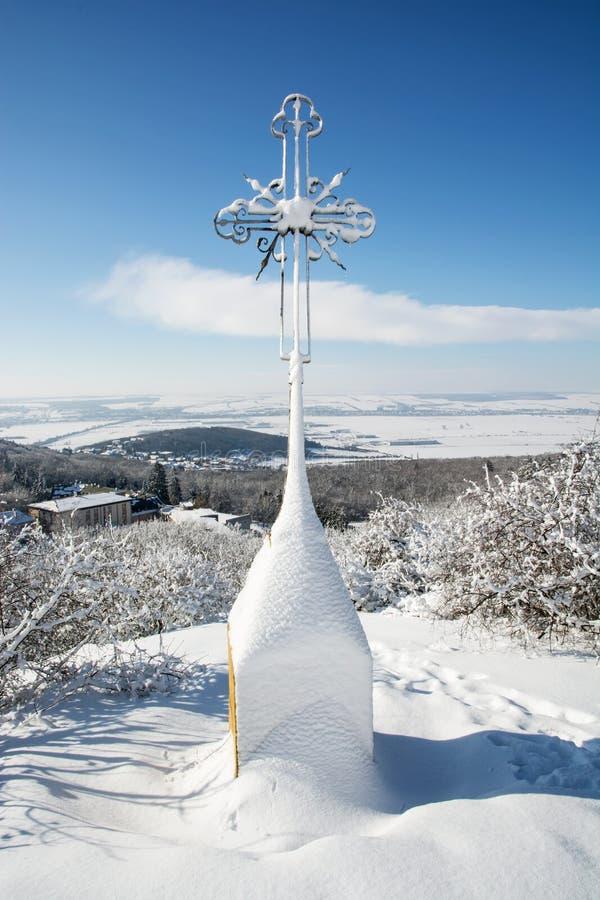 Крест Snowy христианский внутри outdoors стоковое изображение
