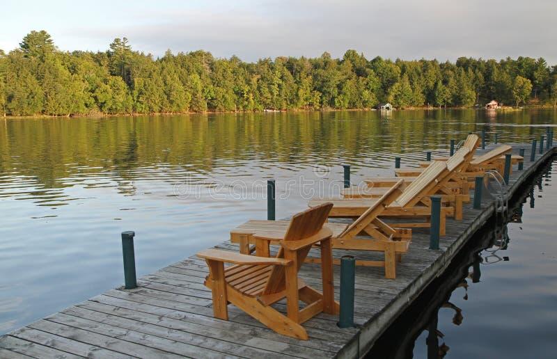 Download Кресла для отдыха на пристани Стоковое Изображение - изображение насчитывающей мебель, древесина: 33732859
