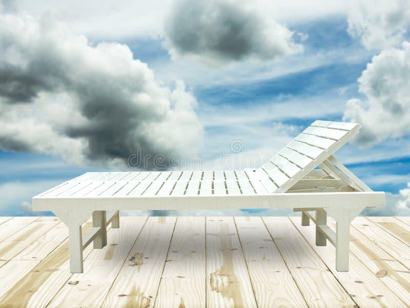 Кресла для отдыха пляжа на деревянном поле стоковая фотография