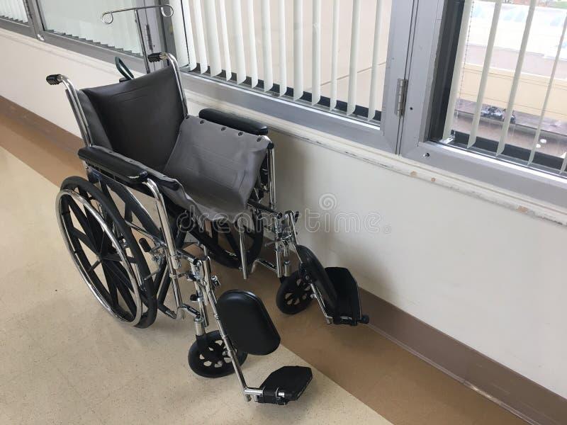 Кресло-коляска в больнице стоковые изображения rf