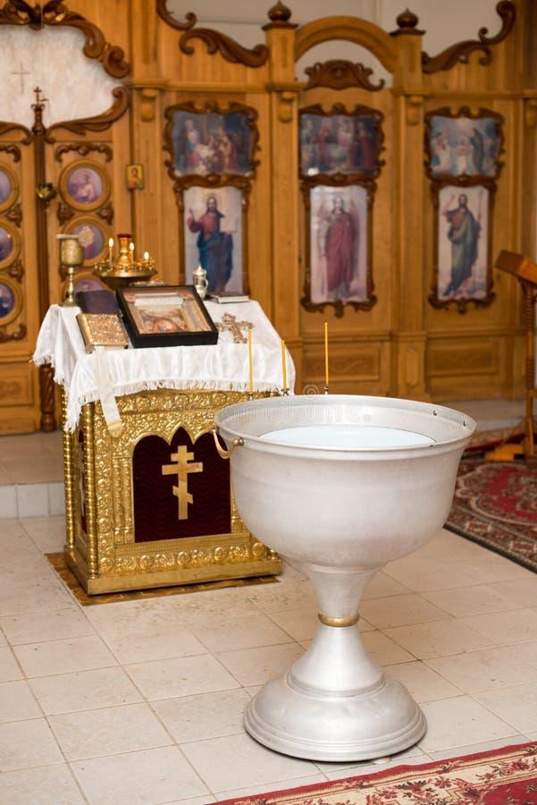 Крещение ребенка в православной церков церков Chan для омовения стоковые фото