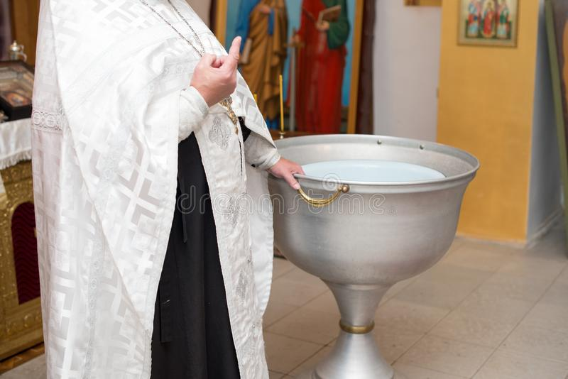 Крещение ребенка в православной церков церков Chan для омовения стоковое изображение rf