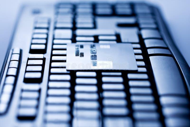 Кредитная карточка на клавиатуре компьютера стоковое фото rf
