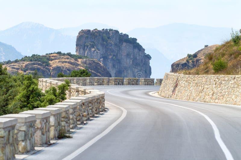 Кривая дороги горы в Meteora стоковая фотография rf