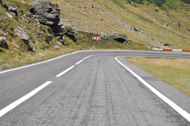 Кривая дороги горы к праву стоковое фото