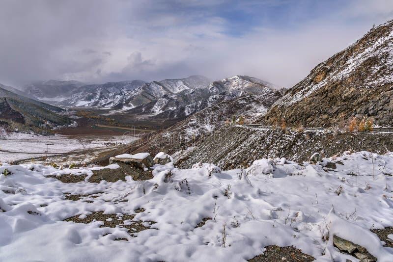 Кривая hairpin дороги снега гор стоковые фото