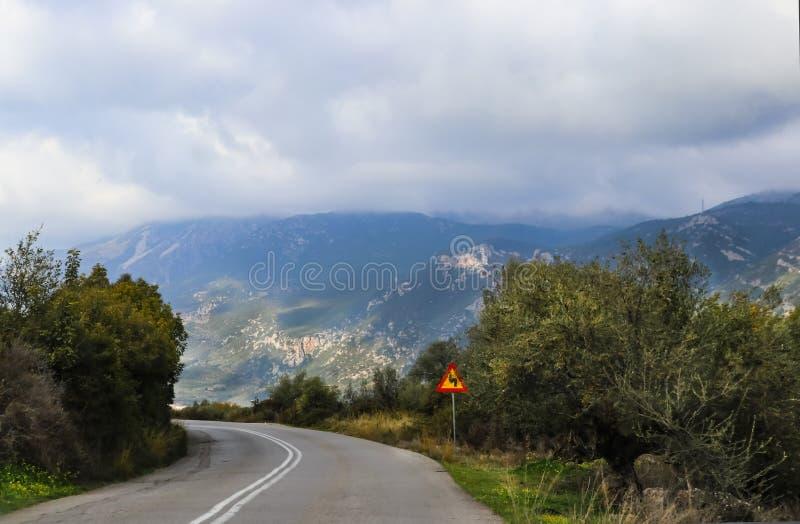 Кривая Hairpin на 2 laned дорога высокая в горах которые shouded в тумане и тумане стоковые изображения rf