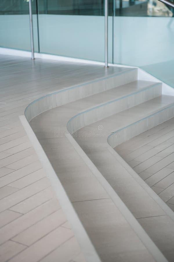 Криволинейные лестницы Взгляд сверху современной детали архитектуры Уточненная часть современного интерьера офиса, публики стоковые изображения