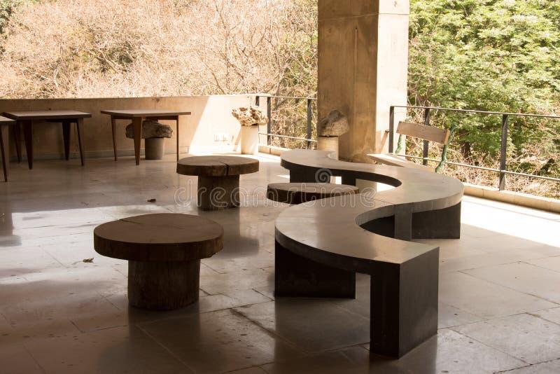 Кривый каменный банк с круглыми стульями стоковая фотография rf