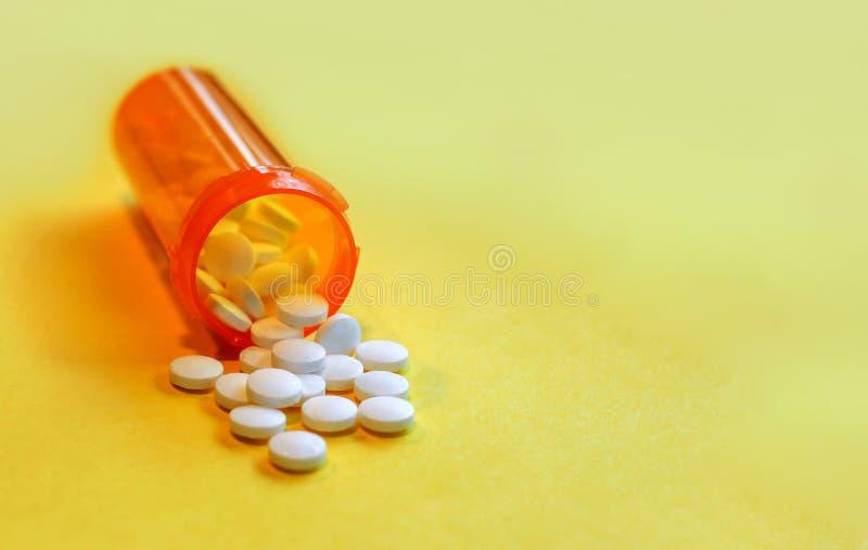Кризис Opioid - открытая бутылка анальгетиков рецепта стоковое изображение