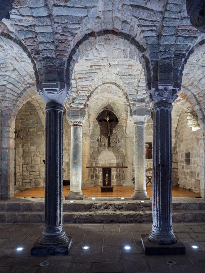 Крипта средневекового аббатства с высекаенными каменными столбцами стоковые изображения