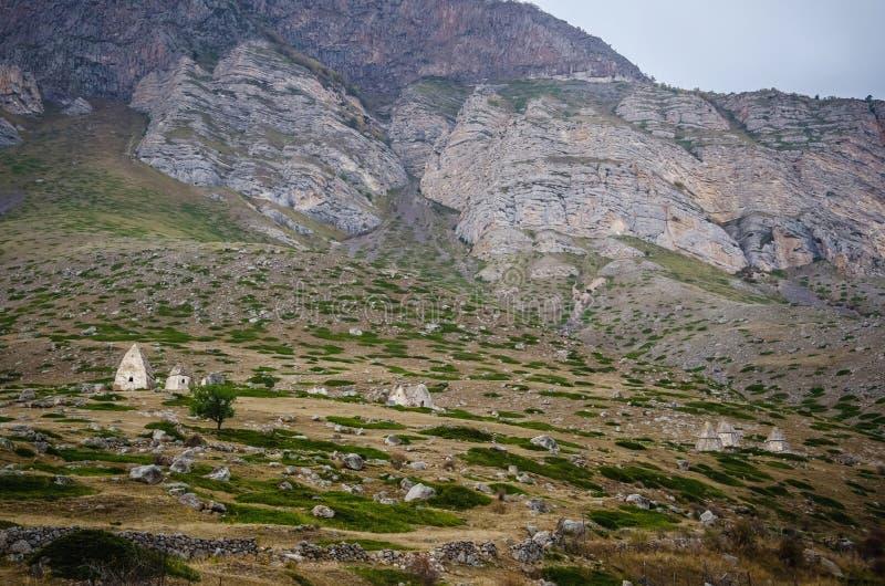 Крипты в каньоне Chegem около гор стоковое изображение rf