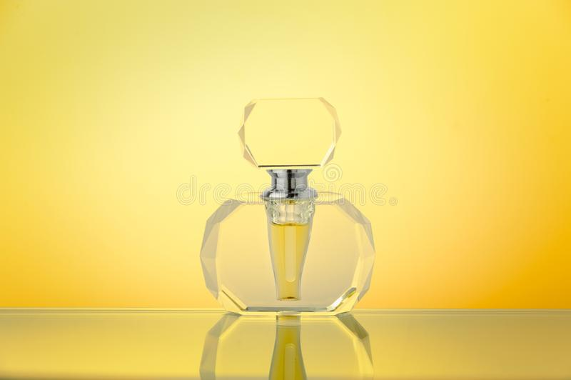 Кристаллическая бутылка на желтой предпосылке градиента стоковая фотография