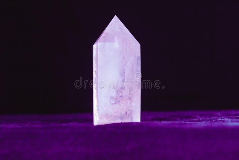 Кристаллическая каменная поверхность минерала макроса стоковое фото rf