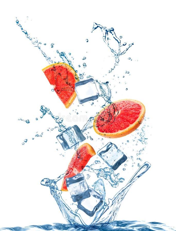 Кристаллические ледяные кубики, грейпфруты и сплесневший фон воды стоковая фотография rf