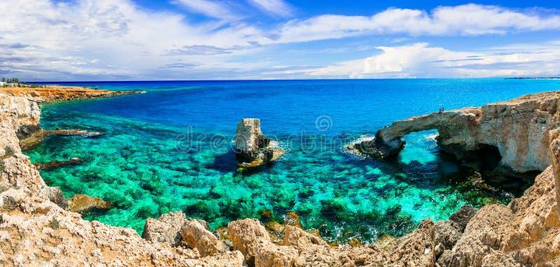 Кристаллическое море Кипра утес моста свода в Agia Napa стоковые изображения