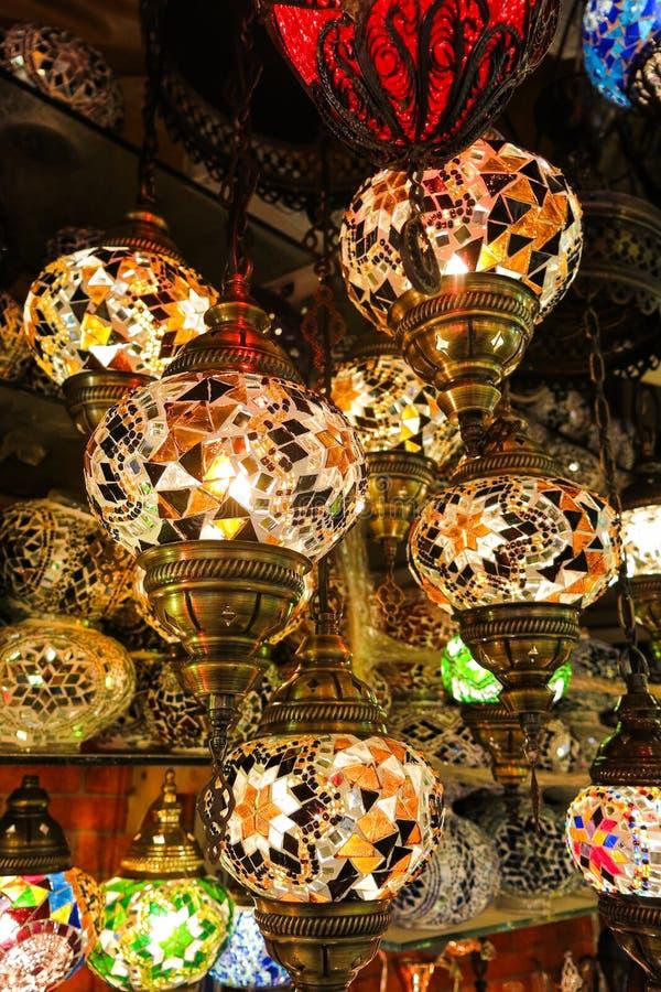 Кристаллические лампы для продажи на грандиозном базаре на Стамбуле стоковая фотография