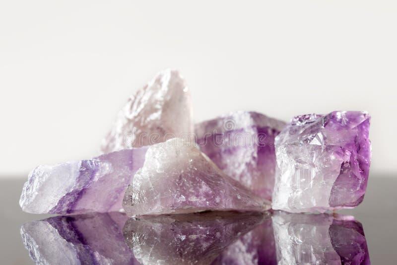 Кристаллический излечивая каменный аметист, uncut стоковая фотография