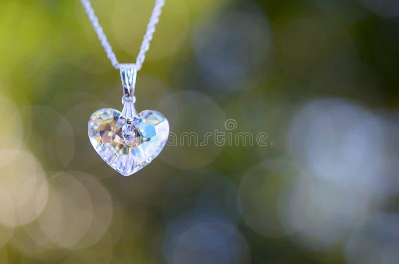 Кристаллическое сердце на цепи с предпосылкой Bokeh стоковая фотография rf