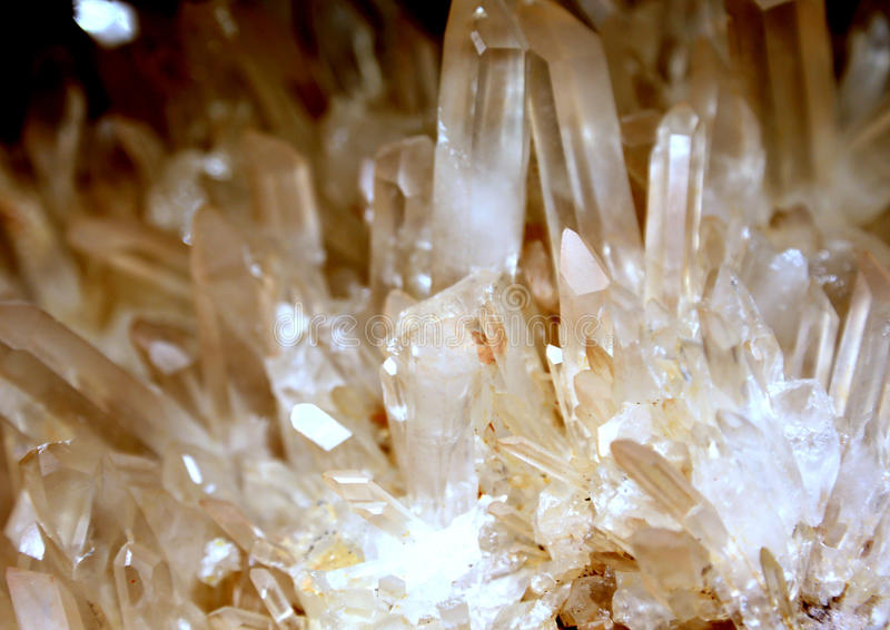 Кристаллы кварца в собрании редких минералов стоковая фотография rf