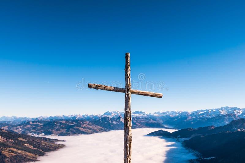Кристиан пересекает сверх верхнюю часть горной цепи стоковая фотография rf