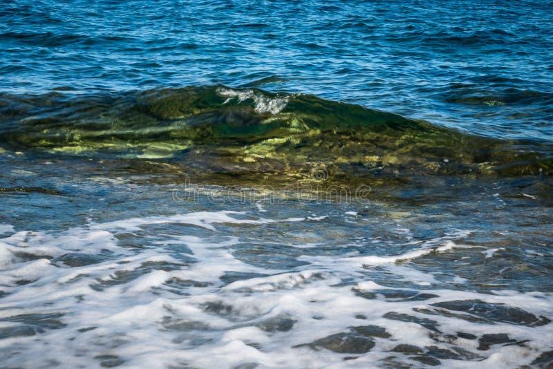 Кристл - ясная мягкая волна в Мальте Gozo стоковая фотография