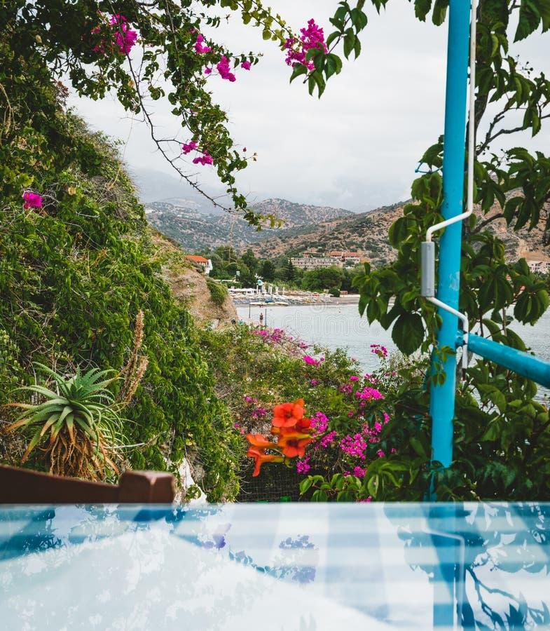 Крит Греция Ресторан с, который служат таблицей в набережной острова вида на море с захватывающим, изумительным и невероятным стоковое фото rf