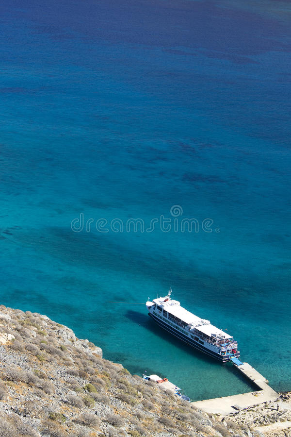 Крит Море Корабль состыковал на острове Gramvous над взглядом стоковая фотография rf