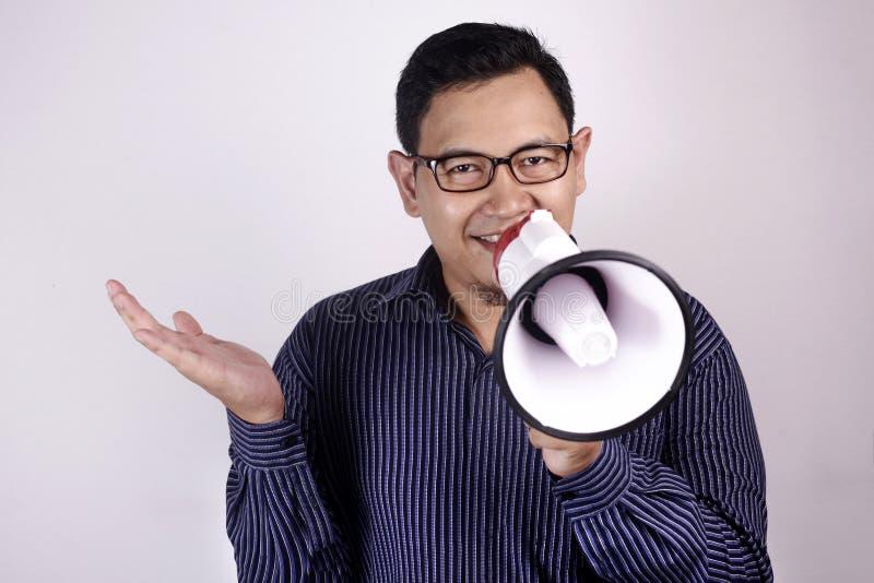 Кричать используя мегафон, выходя на рынок концепция молодого бизнесмена усмехаясь продвижения стоковые изображения rf