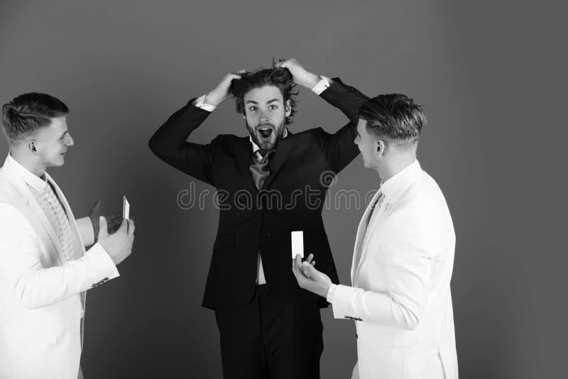 Кричать сотрясенный человеком и вытягивать волосы стоковые изображения