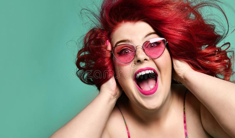 Кричащее счастливой полной жирной женщины счастливое и закрывать ее уши с руками имея продажу полезного времени работы сумасшедшу стоковое фото rf