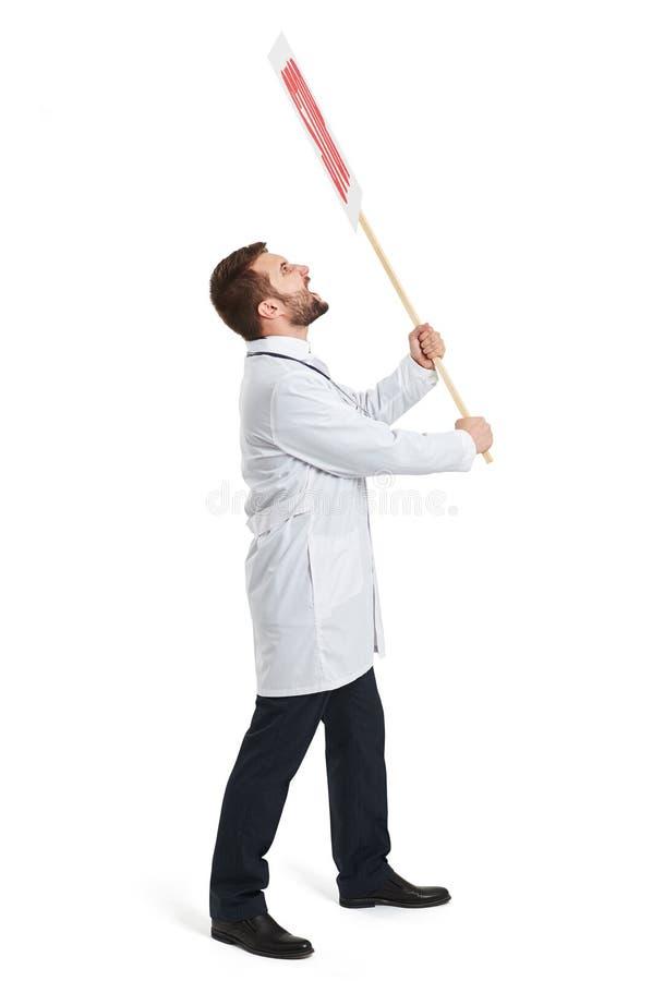 Кричащий доктор в белом плаще стоковые фотографии rf