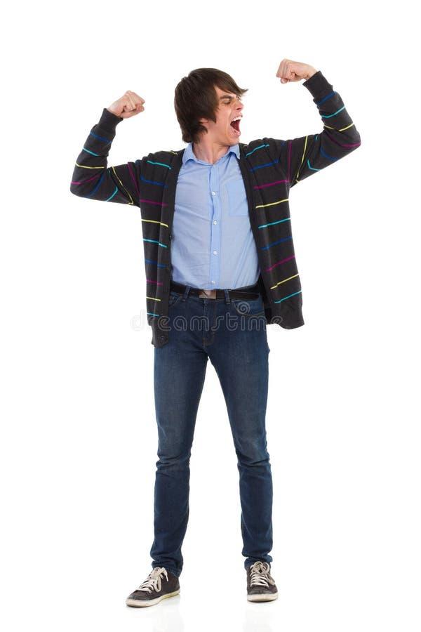 Крича молодой человек изгибая мышцы стоковое изображение rf