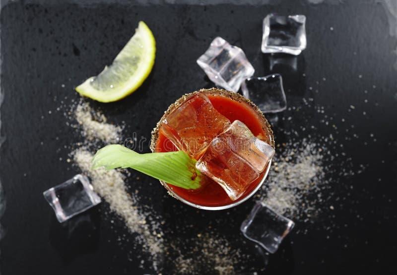 Кровавая Мэри, коктейль, каменная предпосылка, взгляд сверху, водка, со стоковые изображения rf